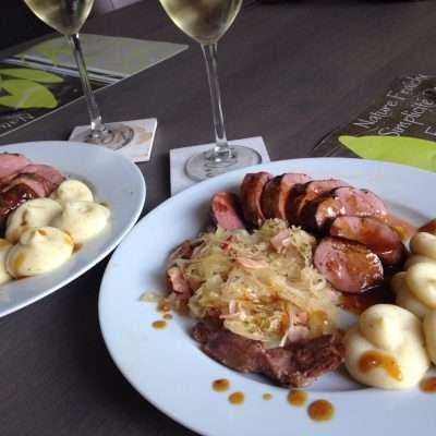 Tamme eendeborst, zuurkool en aardappelpuree